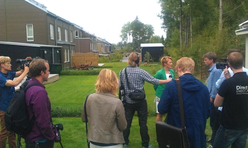 Anna-Karin Hatt (C) i Huddinge för att berätta om solcellssatsning