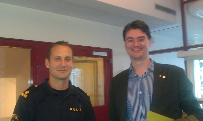Trygghetsturnén träffar Fittjapolisens Mikael Jonsson