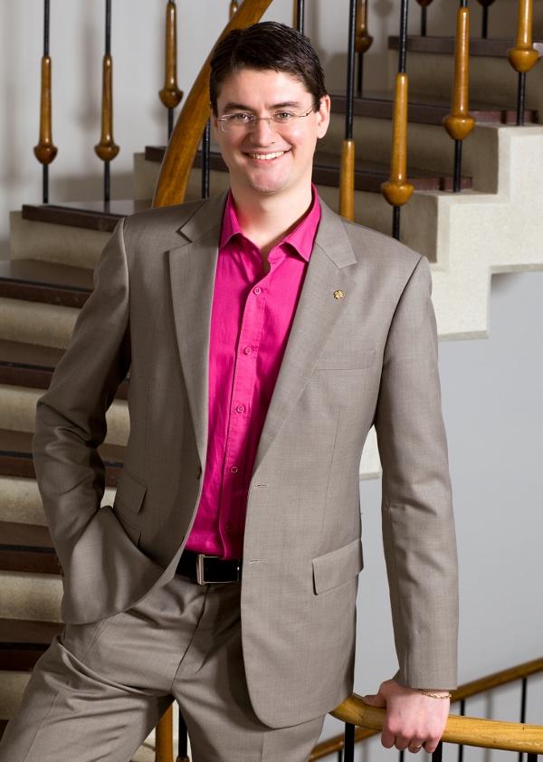 Christian Ottosson i trappan till Huddinge kommunhus