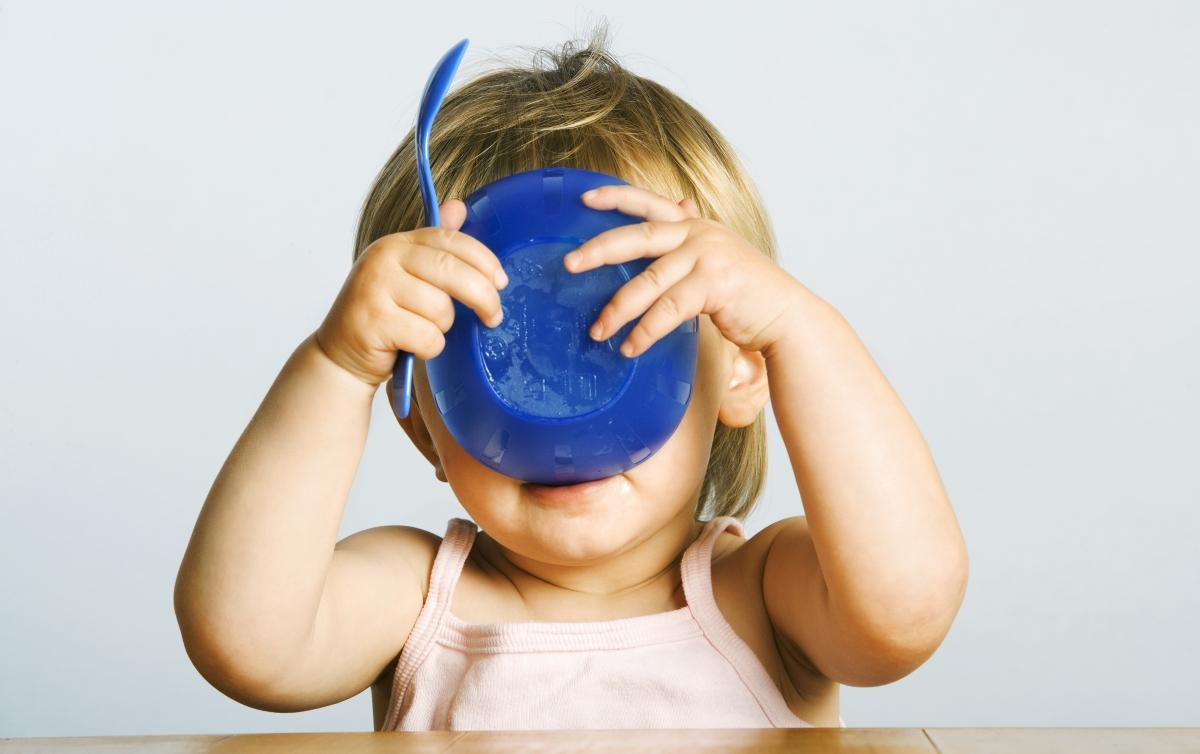 Tänk på barnen! Plast och varm mat hör inte ihop.